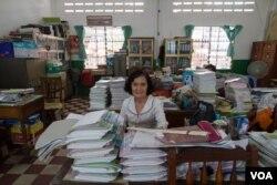 អ្នកគ្រូ លឿង សុខមិញ នាយិការងនៃសាលាភាសាចិនទួនហ្វានៅរាជធានីភ្នំពេញ កាលពីថ្ងៃទី៩ ខែមិថុនា ឆ្នាំ២០១៥។ (រូបថត៖ នៅ វណ្ណារិន/VOA Khmer)