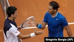 Đoković i nadal na mreži posle nedavnog finala u Rimu, u kojem je Đoković pobedio u tri seta - 4:6, 6:3 i 6:3