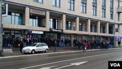 Red ispred Ambasade Slovenije u Banjaluci
