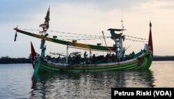 Kapal tradisional nelayan di Pelabuhan Perikanan Pantai Muncar, Banyuwangi, usai melaut untuk menangkap ikan. (Foto:VOA/Petrus Riski)