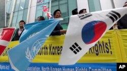 유엔 북한인권 현장사무소 서울에서 개소한 23일 지지자들이 유엔 깃발과 한국 국기를 날리며 환영하고 있다.