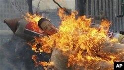 韩国示威者4月13日举行抗议集会焚烧模拟的朝鲜导弹