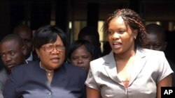 Vice-presidente Joice Mujuru, (esq), deixa tribunal acompanhada pela filha Kumbirai