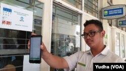 Pembayaran SPP melalui aplikasi GoPay di SMA Batik 1 Solo, Selasa (18/2). (Foto : VOA/ Yudha Satriawan)