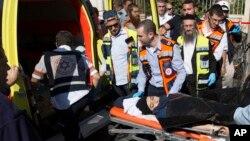 지난달 23일 예루살렘에서 70대 남성을 흉기로 찌른 후 이스라엘 경찰의 총을 맞은 여성이 응급차에 실리고 있다. (자료사진)