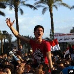 埃及的抗议者在高呼口号