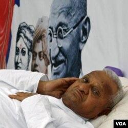 """Aktivis Anna Hazare, 72 tahun, diilhami oleh Mahatma Gandhi dalam melakukan protes sosial """"anti-kekerasan""""."""
