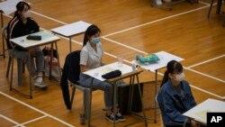 ہانگ کانگ کے سکول میں بچے ماسک پہنے امتحان دے رہے ہیں۔
