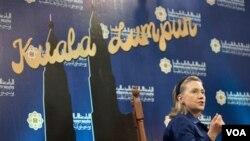Menteri Luar Negeri Amerika Hillary Clinton dalam jumpa pers bersama Menteri Luar Negeri Malaysia Anifah Aman di Kuala Lumpur.