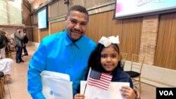 عکس آرشیوی از یک مرد اهل جمهوری دومنیکن و دختر ۸ ساله او، که پس از مهاجرت به ایالات متحده، تابعیت آمریکایی گرفته اند.