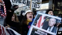 Una activista protesta en Buenos Aires contra el juez Thomas Griesa.