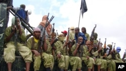 Abarwanyi ba Al-Shabab mu kamyo, bari mu gukizura i Mogadishu, Somaliya.