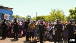 Les gendarmes contiennent des manifestants près de l'aéroport sur l'île de Petite-Terre dans l'océan Indien, Mayotte, le 12 mars 2018.