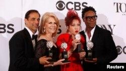 Los productores de 'Kinky Boots', Hal Luftig, izquierda, y Daryl Roth junto a Cyndi Lauper y Billy Porter posan con sus premios Tony.
