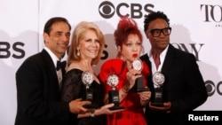 "Dari kiri: produser Hal Luftig, Daryl Roth, serta artis Cyndi Lauper, dan aktor Billy Porter setelah menerima 6 penghargaan Tony untuk drama musikal ""Kinky Boots"" di New York, Minggu (9/6)."