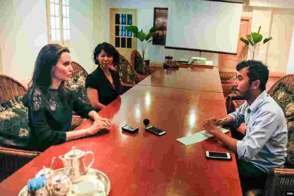 "VOA Khmer's Sophat Soeung (right) interviews American actress and filmmaker Angelina Jolie and Loung Ung, author of ""First They Killed My Father"" in Siem Reap, Cambodia, February 18, 2017.​ (Neou Vannarin/VOA Khmer)"