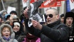 Lãnh tụ đối lập Nga Sergei Udaltsov (đeo kính) trong một buổi biểu tình phản đối Tổng thống Nga Vladimir Putin ở Moscow, ngày 13 tháng 1, 2013