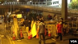 數以百計佔中支持者在金鐘道從中銀大廈至警察總部長達150的路段上加固多處路障 (美國之音海彥 拍攝)