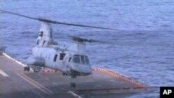 یو ایس ایس پیلیلیو سے پرواز کرتا ہوا ہیلی کاپٹر