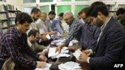 Подсчет бюллетеней на избирательном участке в Тегеране