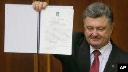 Президент Петр Порошенко показывает в Верховной Раде Украины Соглашение об ассоциации с ЕС. Киев. 16 сентября 2014 г.