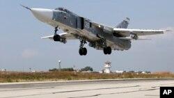 지난 2015년 10월 시리아 흐메이밈 공군기지에서 러시아 군 소속 SU-24M 전투기가 이륙하고 있다.