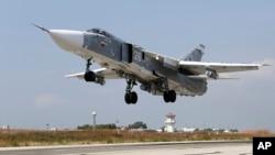 Pesawat tempur Rusia, SU-24M lepas landas dari pangkalan udara Hmeimim di Suriah untuk menggempur sasaran pemberontak (6/10).