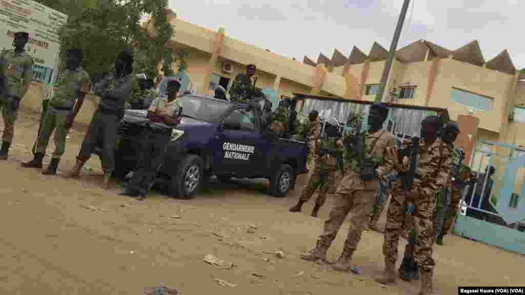 Des forces militaires postées devant le palais de justice à Djamena, le 7 avril 2016.