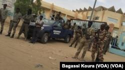 Plusieurs milliers de militaires et paramilitaires ont commencé à voter samedi, la veille de l'élection présidentielle au Tchad