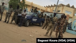 La gendarmerie tchadienne devant le tribunal de grande d'instance de N'Djamena lors de la comparution de 5 leaders de la société civile.