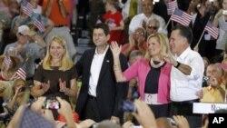 Kandidat Presiden dari Partai Republik AS, Mitt Romney (kanan) bersama istrinya, Ann (dua dari kanan) dan cawapres Paul Ryan dalam kampanye di Randolph-Macon College di Ashland, Va (11/8).