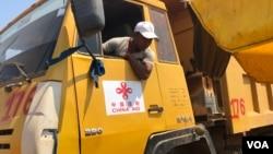 柬埔寨一名工人正在駕駛工地卡車在中國人投資建築工地上。
