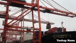 부산 감만부두에서 수출 화물 선적 작업이 진행되고 있다. (자료사진)