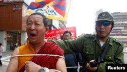 지난 3월 대만 타이페이에서 중국의 티베트 통치에 항의하는 시위가 벌어진 가운데, 중국 군인과 티베트 승려로 분장한 시위대가 54년전 티베트에서 일어난 봉기를 묘사하고 있다.
