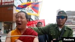 Các nhà hoạt động tại Ðài Bắc ăn mặc như một binh sĩ Trung Quốc và một nhà sư Tây Tạng để diễn lại cảnh cuộc nổi dậy chống Trung Quốc.