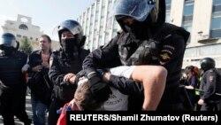 بازداشت یکی از تظاهرکنندگان توسط نیروهای پلیس در مسکو - ۱۲ مرداد ۱۳۹۸