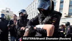 Privođenje demonstranta u Moskvi (Foto: REUTERS/Shamil Zhumatov)