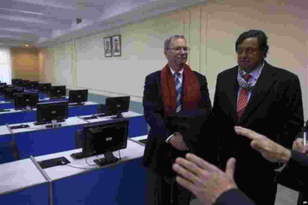 8일 방북 중 평양 김일성 종합대학을 방문한 에릭 슈미트 구글 회장(왼쪽)과 빌 리처드슨 전 뉴멕시코 주지사.