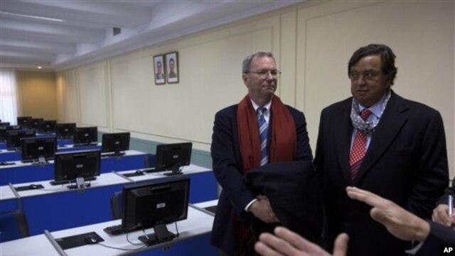 지난 8일 평양 김일성 종합대학을 방문한 에릭 슈미트 구글 회장(왼쪽)과 빌 리처드슨 전 뉴멕시코 주지사.(자료 사진)
