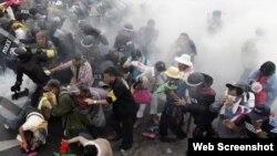بنکاک میں حکومت مخالف مظاہرین آنسو گیس سے بچنے کی کوشش کررہے ہیں