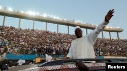 Le président sénégalais et candidat aux prochaines élections présidentielles, Macky Sall, souhaite la bienvenue à ses partisans alors qu'il arrive à sa dernière manifestation à Dakar, le 22 février 2019.