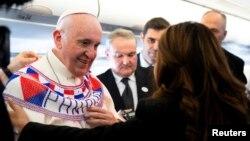 El papa Francisco sugirió el miércoles 23 de enero de 2019 de camino a Panamá que la hostilidad a los inmigrantes está impulsada por una fuerza irracional,