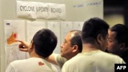 Du khách Nhật, tại một khách sạn ở thành phố bờ biển Cairns, lo ngại theo dõi tin về bão Yasi