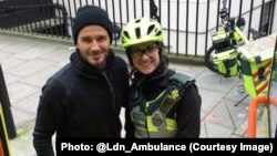 La secouriste Catherine Maynard avec son bienfaiteur David Beckham à Londres. (Photo postée sur Twitter par London Ambulance : @Ldn_Ambulance, 1 février 2016).