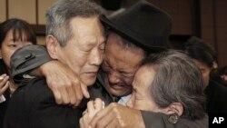 남북 이산가족 1차 상봉 마지막 날인 22일 금강산면회소에서 다시 기약 없는 이별을 해야 하는 남북한 이산가족들이 눈물을 흘리고 있다.