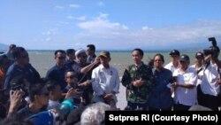 Presiden Jokowi tiba di Palu dan memimpin rapat terbatas dengan otorita berwenang, Minggu sore (30/9).