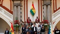 La presidenta interina de Bolivia, Jeanine Añez, a la izquierda, se sienta al lado de la presidenta del Senado, Mónica Eva Copa, para promulgar una ley para celebrar nuevas elecciones en Bolivia.