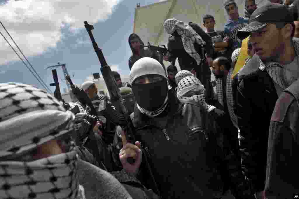 4일 서안지구 헤브론에서 이스라엘 수감 중에 사망한 팔레스타인 간부들의 장례식이 거행되었다. 장례식에 참석한 팔레스타인 무장단원들.