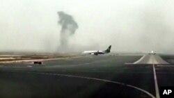 Ảnh chụp từ video cho thấy khói đen bốc cao khi máy bay của hãng Emirates hạ cánh tại sân bay quốc tế Dubai, ngày 3/8/2016.