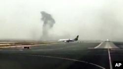 De la fumée s'échappe après l'accident à l'atterrissage d'un Boeing 777 à l'aéroport international de Dubaï, 3 août 2016.
